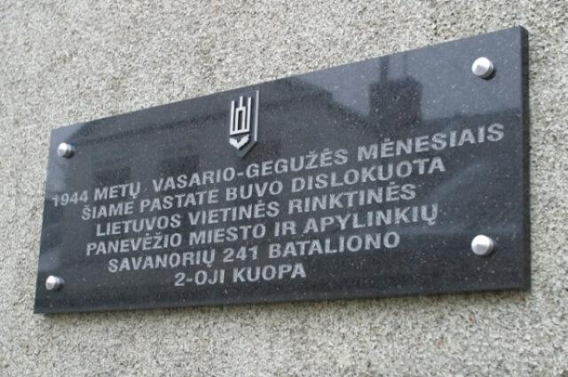 1. Paminklinė lenta ant pastato Panevėžyje, Respublikos g. 3, kur buvo dislokuoti Vietinės rinktinės kariai. E. Markuckytės nuotrauka