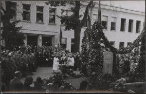 2. Paminklo nužudytiems gydytojams atidengimo iškilmės. 1943 m. Nuotrauka iš M. Dirsės archyvo
