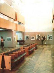 """3. Bažnyčioje įrengtų Parodų rūmų vidus. Nuotrauka iš fotoalbumo """"Panevėžys"""" (1984)"""