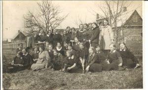 2. Salomėja Nėris su Panevėžio valstybinės mergaičių gimnazijos mokinėmis medelių sodinimo šventėje 1936 m. balandžio 25 d. Nuotrauka iš M. Gumbinienės archyvo