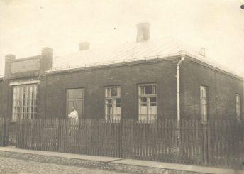 1. Juozas Zikaras prie savo namo Panevėžyje, 1925 m. Nuotrauka iš Lietuvos literatūros ir meno archyvo fondų