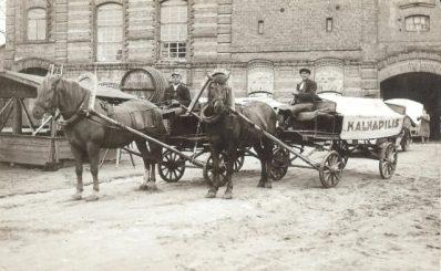 """1. Alaus daryklos """"Kalnapilis"""" alaus išvežiotojai. 1939 m. Nuotrauka iš Panevėžio kraštotyros muziejaus archyvo"""