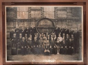 """2. Alaus daryklos """"Kalnapilis"""" darbuotojai. 1939 m. Penktas iš kairės Heselis Chazenas. Nuotrauka iš Panevėžio kraštotyros muziejaus archyvo"""