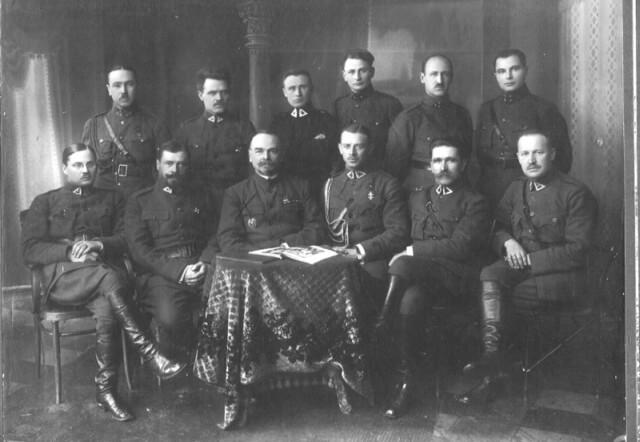 1. Lietuvos kariuomenės karininkai 1920 m. Sėdi antras iš kairės plk. M. Katche, paruošęs Panevėžio vadavimo operaciją. Nuotrauka iš M. Dirsės archyvo