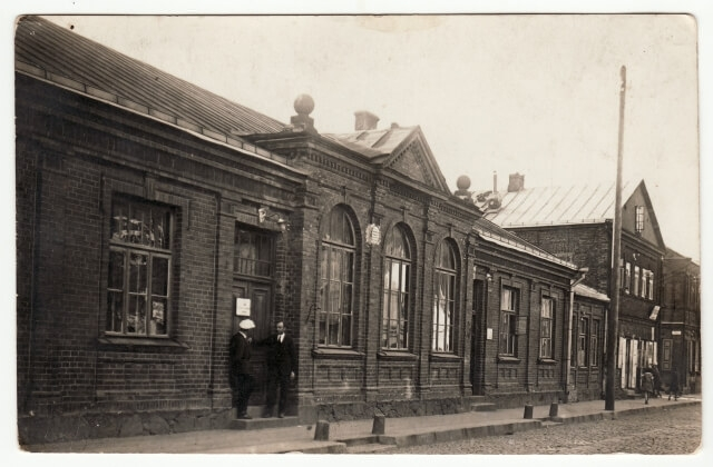 1. Panevėžio apygardos teismo pastatas. XX a. 3 deš. Nuotrauka iš Panevėžio kraštotyros muziejaus rinkinių