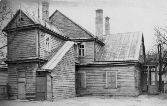 1. Namas, kuriame gyveno J. Lindė-Dobilas. Nuotrauka iš www.jbgimnazija.lt