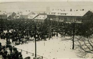 Panevėžio miesto aikštė turgaus dieną. XX a. 2–3 deš. Nuotrauka iš Panevėžio kraštotyros muziejaus rinkinių