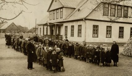 Panevėžio pradinės mokyklos Nr. 1 mokiniai su vedėju Stasiu Janausku (stovi pirmas iš kairės). XX a. 4 deš. Nuotrauka iš M. Dirsės kolekcijos