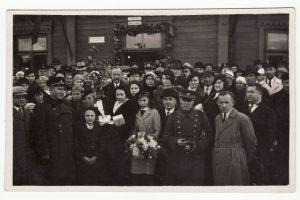 """2. J. Stausko bendrovės """"Antakalnis"""" darbuotojai daug prisidėję prie miesto sodo įrengimo. XX a. 4 deš. Nuotrauka iš A. Gedeikio kolekcijos"""