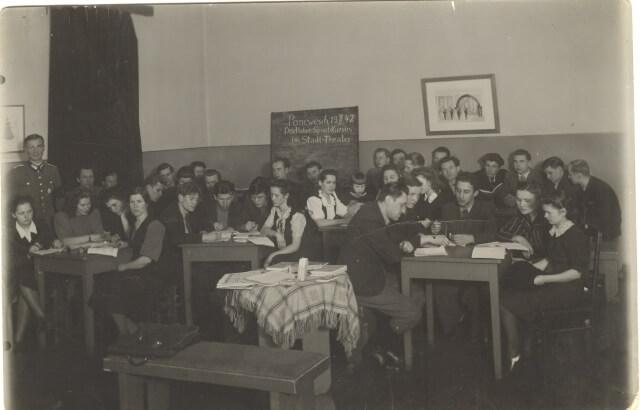1. Vokiečių kalbos kursai Panevėžio dramos teatro aktoriams. 1942 m. Nuotrauka iš S. Banaičio kolekcijos