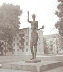 """2. Skulptūra """"Pramonė"""". Nuotrauka iš albumo """"Skulptūra 1975–1990"""""""
