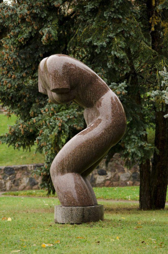 """Skulptūra """"Besimaudanti"""""""