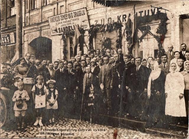 1. Panevėžio kooperatyvų nariai prie Panevėžio žemės ūkio draugijos pastato. 1926 m. Nuotrauka iš Panevėžio kraštotyros muziejaus rinkinių