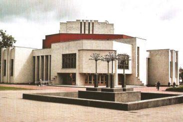 """1. Kultūros rūmai """"Ekrano"""" gamyklos laikais. Nuotrauka iš A. Gylio fotoalbumo """"Panevėžys ir panevėžiečiai"""" (2004)"""