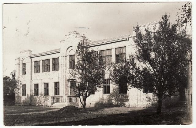 1. Panevėžio lenkų gimnazijos pastatas. Nuotrauka iš Panevėžio kraštotyros muziejaus rinkinių