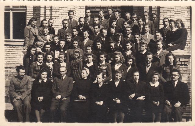 1. Panevėžio mokytojų seminarijos studentai ir dėstytojai. 1945 m. Nuotrauka iš V. Višniausko kolekcijos