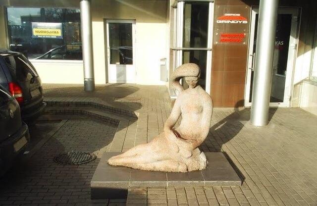 "1. Bronislovo Zalenso dekoratyvinė skulptūra ""Poilsis"" šiandien. L. Kaziukonio nuotrauka"