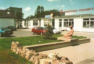 """2. Skulptūra """"Poilsis"""" prekybos centro """"Panevėžio bičiulis"""" kiemelyje anksčiau. Nuotrauka iš A. Gylio fotoalbumo """"Panevėžys ir panevėžiečiai"""" (2003)"""