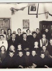 3. Panevėžio pradinės mokyklos Nr. 1 IV skyriaus mokiniai ir pedagogai. Antroje eilėje ketvirtas iš kairės Panevėžio miesto pradinių mokyklų inspektorius, Vilniui vaduoti sąjungos Panevėžio apygardos pirmininkas Aleksandras Plungė. 1932.06.14. Nuotrauka iš Panevėžio apskrities G. Petkevičaitės-Bitės viešosios bibliotekos fondų