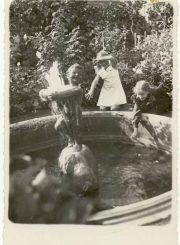 A. Marcinkevičiūtė-Bernadišienė ir G. Elisonaitė E. Jodinskaitės kiemelyje prie B. Bučo sukurto fontanėlio. 1935 m., Panevėžys. PAVB F92-56