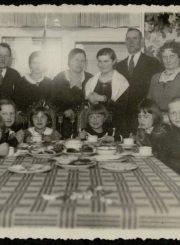 E. Jodinskaitė su svečiais savo namuose. Apie 1934 m., Panevėžys. PAVB F92-55