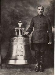 3. Jonas Požarskas prie savo fonduoto varpo. XX a. 4 deš.Nuotrauka iš V. Vyšniausko kolekcijos