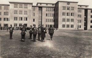 2.Prezidentas A. Smetona (centre) iškilmingose Pajuosčio kareivinių šventinimo iškilmėse. 1932 m. gegužės 29 d. Nuotrauka iš Panevėžio kraštotyros muziejaus rinkinių