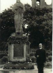 2. Jonas Požarskas prie savo fonduoto paminklo. XX a. 4 deš. Nuotrauka iš V. Vyšniausko kolekcijos