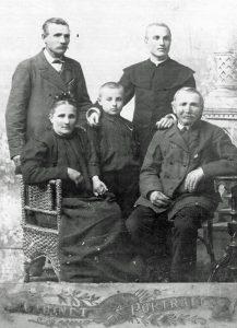 A. Petrulio šeima. Iš kairės: motina, brolis Vytautas Petrulis, tėvas Juozapas Petrulis. Stovi Boleslovas ir Alfonsas Petruliai. XX a. 2 deš. Iš: http://siaure.lt/main/turinys/birzieciai_kure_lietuvos_valstybe/1/16246