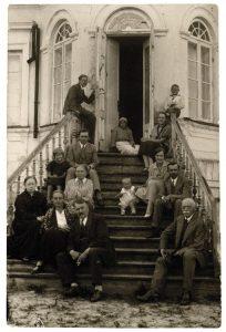 Jono ir Onos Vileišių šeima (sėdi priekyje). 1930 m. MAVB. Iš: http://alkas.lt/wp-content/uploads/2017/04/Jonas-ir-Ona-Vileisiaisedi-priekyje.jpg
