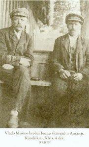 Vlado Mirono broliai Juozas (kairėje) ir Antanas. Kuodiškiai, XX a. 4 deš. Iš: Bukaitė, Vilma. Nepriklausomybės Akto signataras Vladas Mironas. Vilnius, 2015, p. 115