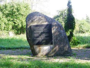 Memorialinis akmuo Alfonso ir Vytauto Petrulių gimtinės vietoje. R. Kerbedienės nuotrauka. 2012.08.30. Iš: https://kvr.kpd.lt/#/static-heritage-search