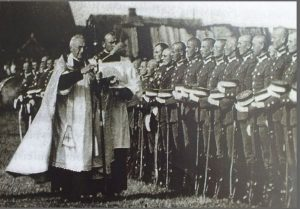 Kapelionas V. Mironas šventina karius. Iš: http://www.yrasalis.lt/naujienos/lietuva-atkure-vyrai-8-vladas-mironas/
