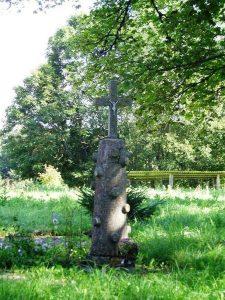 Paminklinis kryžius A. ir V. Petrulių gimtinės vietoje. R. Kerbedienės nuotrauka. 2012.08.30. Iš: https://kvr.kpd.lt/#/static-heritage-search