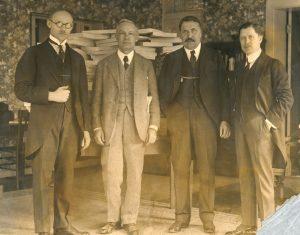 J. Vileišis (antras iš dešinės) su JAV lietuviais. 1935 m. Iš: http://alkas.lt/2017/04/24/kaune-bus-pristatyta-paroda-jonas-vileisis-tarnyste-vardan-kauno-ir-lietuvos/