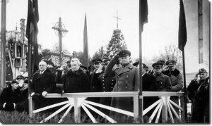 Ministras pirmininkas V. Mironas (pirmas iš dešinės) kalba jaunųjų ūkininkų šventėje. Kaunas, 1938 m. Lietuvos nacionalinio muziejaus nuotrauka. Iš: http://m.lzinios.lt/mob/loadStrN.php?rlinkas=Istorija&linkas=ieskojes-vidurio-kelio&idas=74628
