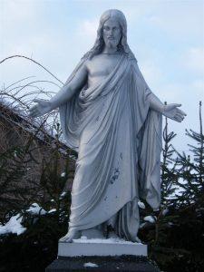 """A. Petrulio antkapinio paminklo skulptūra """"Kristus"""". L. Kazlavickienės nuotrauka. 2010.01.12. Iš: https://kvr.kpd.lt/#/static-heritage-detail/82e5a967-86ef-4bb7-81fa-0f0c078411c4"""