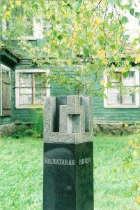 Unifikuotas signataro ženklas Kuodiškių vienkiemyje. Skulpt. S. Lankelis. Iš: http://www.muziejusrokiskyje.lt/apie-muzieju/ekspedicijos-tyrimai/rokiskenai-kure-nepriklausoma-lietuvos-valstybe