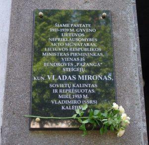 Atminimo lenta V. Mironui Kaune, ant pastato Laisvės al. 53. Iš: http://www.voruta.lt/kaune-atidengta-atminimo-lenta-vasario-16-osios-akto-signatarui-vladui-mironui/