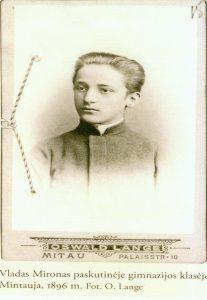 V. Mironas paskutinėje gimnazijos klasėje. Mintauja, 1896 m. O. Lange nuotrauka. Iš Rokiškio krašto muziejaus fondų, MA 153/1