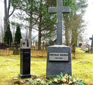 J. Šernas palaidotas priešingai nei kiti evangelikai reformatai – jam skirtas paminklinis kryžius atsuktas į kitą pusę. A. Švelnos nuotrauka. Iš: http://gyvbudas.lrytas.lt/likimai/lietuviu-kilmes-aktoriumi-j-sernu-zavejosi-net-grace-kelly.htm?foto=3?utm_source=lrExtraLinks&utm_campaign=Copy&utm_medium=Copy
