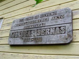 Memorialinė lenta J. Šernui Jasiškiuose. Iš: http://kvr.kpd.lt/#/static-heritage-search