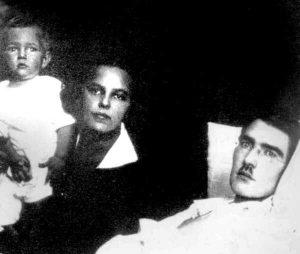 Paskutinė J. Šerno nuotrauka, kurioje jis su žmona Vera ir sūnumi Žaku. 1926 m. Iš: http://alkas.lt/2013/03/17/r-m-lapas-uz-kiekvieno-didzio-vyro-didi-moteris-ii/