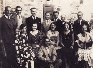1931 m. birželio mėn. 13 jaunų aktorių atvyko į Šiaulius. Priekyje – K. Jurašūnas, sėdi: A. Daubaraitė, E. Bindokaitė, V. Janušaitienė, P. Pinkauskaitė, L. Rutkauskaitė, 2-oje eilėje stovi: R. Krameris, I. Tvirbutas, J. Laucius, J. Stanulis, J. Miltinis, V. Derkintis, A. Radzevičius. PAVB FJM-1019/17