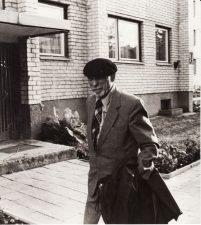 Juozas Miltinis prie savo namų Algirdo g., Panevėžyje. Fotogr. Antano Gylio. PAVB FJM-1015/47