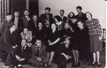 Kauno darbo rūmų studija, kuriai vadovavo Juozas Miltinis, grįžęs iš užsienio. 1938 m. Pirmoje eilėje, iš kairės – dailininkas Liudas Vilimas, režisierius Juozas Miltinis, antroje eilėje, viduryje – aktorė Jadvyga Matulytė, trečioje eilėje, pirmas iš kairės – aktorius Vaclovas Blėdis, pirmas iš dešinės – aktorius Bronius Babkauskas. PAVB FJM-1019/5