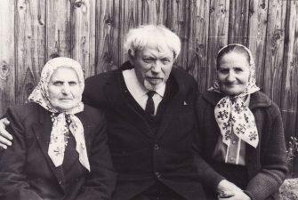 Juozas Miltinis su giminaitėmis per Motinos mirties paminėjimo metines. Apie 1970 m. PAVB FJM-848/4