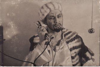 """Juozas Miltinis – Volponė spektaklyje """"Sukčiaus testamentas"""" (""""Volponė""""). 1942 m. Fotogr. Kazimiero Vitkaus. PAVB FJM-1011/1"""