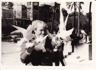 Juozas Miltinis Ispanijoje, Sevilijoje (Sevilla), Luizos aikštėje. 1975 m. Fotogr. Rudolfo Jansono. PAVB FJM-1015/23