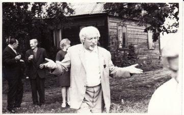 Juozas Miltinis Vaclovo Blėdžio tėviškėje Kubiliūnuose (Radviliškio r.). Apie 1967 m. PAVB FJM-875/1